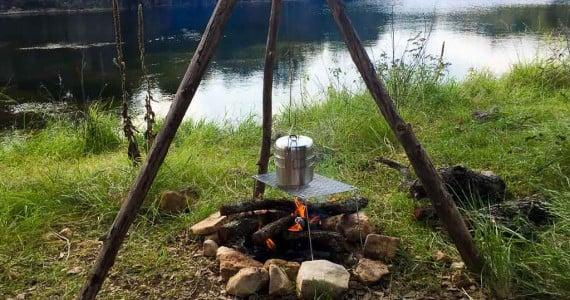 bushcraft cooking on tripod