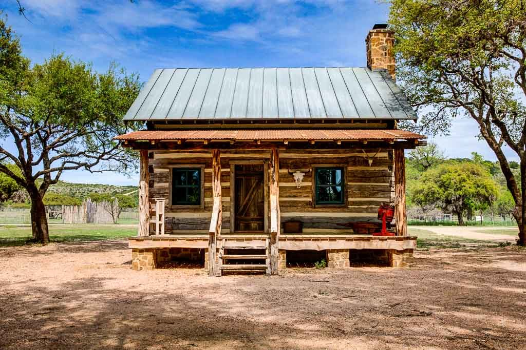 Bed breakfast luxurious antique cabins ox ranch for Cabin builder texas